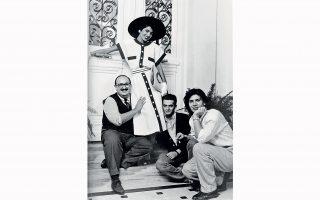 Ο μακιγιέρ Δημήτρης Ζουρντός, η Ινδή τοπ μόντελ Κίρατ, ο Βασίλης Ζούλιας και ο Βασίλης Κουρκουμέλης σε φωτογράφιση του οίκου Billy Bo το 1984.