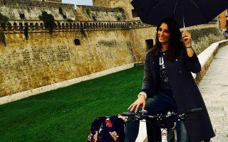 «Μια μεγάλη αγάπη για τις πρωινές ώρες –παρόλο που η Αθήνα ακόμη δεν ενδείκνυται– είναι η βόλτα με το ποδήλατο», λέει η Κλέλια Χαρίση.