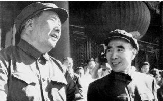 Ο Μάο Τσε Τουνγκ  (αριστερά) και ο Λιν Πιάο, υπ' αριθμόν 2 ισχυρός άνδρας του καθεστώτος, κατά τη διάρκεια της Πολιτιστικής Επανάστασης.