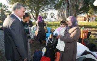Ο δήμαρχος Ανδραβίδας-Κυλλήνης, Ναμπίλ Μοράντ, με πρόσφυγες στον οικισμό «LM Village» στο χωριό Μυρσίνη της Ηλείας.