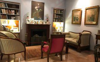 Αποψη από το σαλόνι της Οικίας Κατακουζηνού με έργο του Γιάννη Τσαρούχη πάνω από το τζάκι. Ο Τσαρούχης είχε επιμεληθεί το διαμέρισμα και δική του πρόταση ήταν το γαλάζιο χρώμα στους τοίχους.