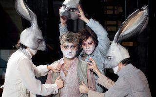 Οι «Δαιμονισμένοι» γίνονται θεατρικό ορατόριο, καθώς 12 ηθοποιοί, πέντε μουσικοί και μία λυρική τραγουδίστρια δημιουργούν ένα ψηφιδωτό τεχνών.