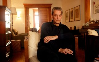 Ο Πολ Οστερ, φωτογραφημένος στο σπίτι του στο Μπρούκλιν.
