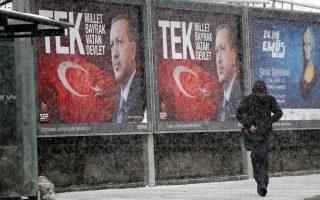 Οι δρόμοι έχουν γεμίσει αφίσες. Ο κ. Ερντογάν επείγεται να ολοκληρώσει τη συνταγματική μεταρρύθμιση, που θα τον καταστήσει απόλυτο κυρίαρχο στη χώρα, καθώς μια βαθιά οικονομική κρίση μπορεί να απειλήσει τη σημερινή παντοκρατορία του.