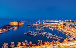 Το ενετικό λιμάνι και ο Κούλες του Ηρακλείου. (Φωτογραφία: ΠΕΡΙΚΛΗΣ ΜΕΡΑΚΟΣ)