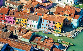 To νησάκι Μπουράνο είναι διάσημο για τα πολύχρωμα σπίτια και τις περίτεχνες χειροποίητες δαντέλες του. (Φωτογραφία:  VISUALHELLAS.GR)