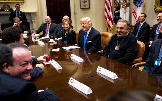 Τέλη Ιανουαρίου, λίγες μόλις ημέρες μετά την ορκωμοσία του, ο νέος Αμερικανός πρόεδρος συναντήθηκε με τους επικεφαλής των τριών μεγαλύτερων αυτοκινητοβιομηχανιών στις ΗΠΑ. Τότε υποσχέθηκε χαλάρωση της νομοθεσίας και μείωση της φορολογίας στον κλάδο.