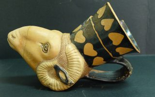 Αγγείο-κύπελλο σε σχήμα κεφαλής κριού και ερυθρόμορφη διακόσμηση με φύλλα κισσού στον λαιμό, ένα από τα πολλά ευρήματα υψίστης ιστορικής σημασίας, σε νεκροταφείο Αρχαϊκών και Κλασικών Χρόνων (6ου-4ου αι. π.Χ.) που έφερε στο φως η αρχαιολογική σκαπάνη στην αρχαία Λυγκηστίδα της Aνω Μακεδονίας. Πρόκειται για μια ανέλπιστη σημαντική αποκάλυψη, καθώς, μέχρι πρόσφατα, λόγω έλλειψης δεδομένων, επικρατούσε η λανθασμένη αντίληψη ότι η περιοχή την περίοδο εκείνη ήταν κοινωνικά και πολιτισμικά απομονωμένη.