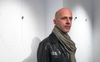 Ο ζωγράφος Γιώργος Σαλταφέρος φωτογραφημένος στην Gallery Genesis, όπου παρουσιάζει από αύριο νέα ατομική έκθεση.