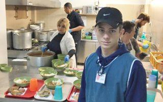 Ο Σπύρος Ξανθός εργάζεται στην κουζίνα του σωματείου, στο πλαίσιο προγράμματος του σχολείου του στην Ουάσιγκτον.