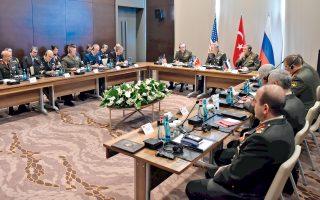 Για πρώτη φορά στα έξι χρόνια της συριακής κρίσης, οι ανώτατοι στρατιωτικοί ηγέτες των ΗΠΑ, της Ρωσίας και της Τουρκίας, χωρών που υποστηρίζουν αντιμαχόμενα στρατόπεδα, είχαν τριμερή συνάντηση στην Αττάλεια, σε μια προσπάθεια συντονισμού των επιχειρήσεών τους εναντίον του Ισλαμικού Κράτους. Είχαν προηγηθεί παρεμβάσεις των ΗΠΑ και της Ρωσίας προκειμένου να αποτραπεί σύγκρουση μεταξύ του τουρκικού στρατού και των Κούρδων μαχητών στη συριακή πόλη Μανμπίτζ. Στη φωτογραφία, οι στρατηγοί Ντάνφορντ (ΗΠΑ), Ακάρ (Τουρκία) και Γκερασίμοφ (Ρωσία) προεδρεύουν της τριμερούς συνάντησης, περιστοιχιζόμενοι από επιτελείς τους.