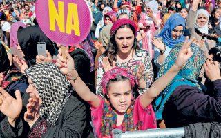 Πανό με τη λέξη «Οχι» υψώνει αυτό το κορίτσι, κατά τη διάρκεια διαδήλωσης για την Ημέρα της Γυναίκας στην κουρδική πόλη Ντιγιάρμπακιρ της Τουρκίας.