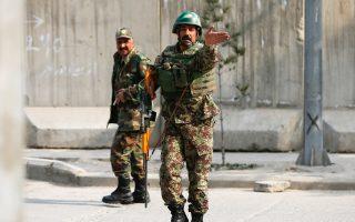 Αφγανοί στρατιώτες περιπολούν έξω από το στρατιωτικό νοσοκομείο της Καμπούλ.