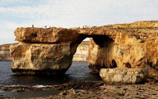 Παρά την απαγόρευση, τουρίστες περπατούν τον περασμένο Σεπτέμβριο στην κορυφή του «Γαλάζιου Παραθύρου».