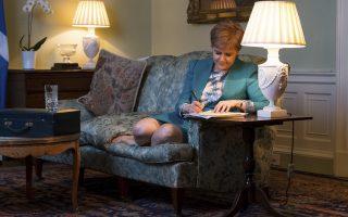 Cozy δημοψήφισμα. Χωρίς τα ψηλοτάκουνά της και με τα πόδια αναπαυτικά πάνω στον καναπέ της, η πρωθυπουργός της Σκωτίας Nicola Sturgeon συντάσσει την τελική επιστολή προς την Theresa May. Με αυτή, η Sturgeon θα ζητήσει ένα δεύτερο δημοψήφισμα για την ανεξαρτησία της Σκωτίας, με αφορμή το Brexit. (Stuart Nicol / Scottish Government via AP