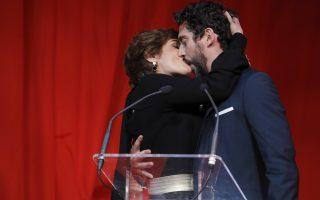 Κινηματογράφος με πάθος. Στην ταινία «Kiki, el amor se hace» έδωσε η κριτική επιτροπή το ειδικό βραβείο για το καλύτερο φιλί. Το βραβείο παρέλαβε ο Ισπανός ηθοποιός και σκηνοθέτης Paco Leon που φρόντισε να αποδείξει ότι το κέρδισε επάξια, με μια ρεπροντιξιόν με συμμετέχουσα την παρουσιάστρια Anabel Alonso. Τα βραβεία του «Fotogramas de Plata» δόθηκαν με κάθε επισημότητα στην Μαδρίτη. EPA/JUANJO MARTIN