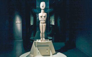 Εντυπωσιακά μεγάλο γυναικείο άγαλμα που προέρχεται μάλλον από την Κέρο. Mε τον αριστερό γοφό και τον αριστερό ώμο ελαφρώς υπερυψωμένους να δημιουργούν μια κίνηση, αυτή που χαρακτηρίζει τους Κούρους. Στην πίσω πλευρά του υπάρχουν και ίχνη από πριόνι, ό,τι άφησε ο αρχαιοκάπηλος που προσπάθησε να το κόψει στη μέση.