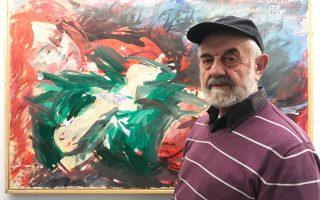 Ο ζωγράφος Δημήτρης Ράτσικας μπροστά σε ένα από τα έργα του στην γκαλερί Alma.
