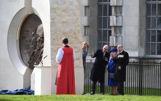 Ο λόρδος Στίραπ, επικεφαλής του συμβουλίου ιδρύματος το οποίο συγκέντρωσε τα χρήματα για το μνημείο, στέκεται δίπλα στη βασίλισσα Ελισάβετ Β΄ και στον πρίγκιπα Φίλιππο (δεξιά), οι οποίοι παρακολουθούν τα αποκαλυπτήρια του έργου στη μνήμη των πεσόντων στρατιωτών στους πρόσφατους πολέμους του Ιράκ και του Αφγανιστάν. Περίπου 700 Βρετανοί έχασαν τη ζωή τους κατά τη διάρκεια των συγκρούσεων από το 1990 έως το 2015. «Πρέπει να είμαστε για πάντα ευγνώμονες σε αυτούς για τον ρόλο που έπαιξαν», ανέφερε η 90χρονη Βρετανίδα μονάρχης.