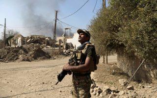 Μέλος των ιρακινών ειδικών δυνάμεων, χθες σε συνοικία της δυτικής Μοσούλης.