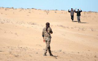 Ανδρες που διέφυγαν από ζώνη πολεμικών συγκρούσεων παραδίνονται σε μαχητές των Δημοκρατικών Συριακών Δυνάμεων (SDF), βόρεια της Ράκα. Η κουρδική πολιτοφυλακή YPG συνιστά τον κορμό των SDF.