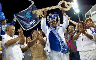 Ο βασιλιάς του καρναβαλιού, Μόμο, παραλαμβάνει το κλειδί του Ρίο από έναν εκ των αντιδημάρχων της πόλης, λόγω απουσίας του δημάρχου.
