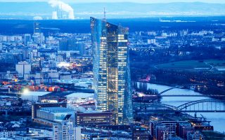 Aπό τον Aπρίλιο του 2016, η Ευρωπαϊκή Κεντρική Τράπεζα έχει συμπεριλάβει και τα εταιρικά ομόλογα στο πρόγραμμα ποσοτικής χαλάρωσης.