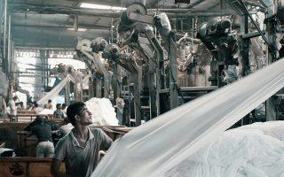 Στις «Μηχανές» η κάμερα του Ραχούλ Τζέιν μπήκε σε μια κλωστοϋφαντουργία της ινδικής πόλης Γκουτζαράτ.