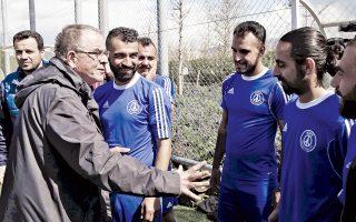 Ο Αλέφαντος εμψυχώνει τους παίκτες του. Στιγμιότυπο από τον ποδοσφαιρικό αγώνα μεταξύ προσφύγων και βουλευτών.
