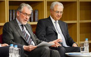 Ο πρέσβης ε.τ. Β. Κασκαρέλης με τον πρόεδρο του ΕΛΙΑΜΕΠ Λ. Τσούκαλη, κατά τη χθεσινή παρουσίαση του βιβλίου «Η τέλεια καταιγίδα - Το ΝΑΤΟ μετά την επίθεση την 11η Σεπτεμβρίου».