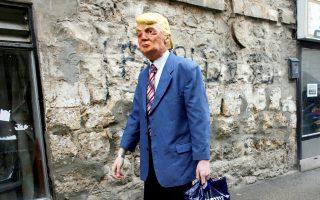 Η εβραϊκή γιορτή του Πουρίμ έδωσε την ευκαιρία σε αυτόν τον Ισραηλινό να μεταμφιεσθεί σε Τραμπ στην Ιερουσαλήμ.