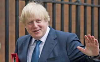 O Bρετανός υπουργός Εξωτερικών Μπόρις Τζόνσον αποχωρεί από την πρωθυπουργική κατοικία της Ντάουνινγκ Στριτ, ύστερα από χθεσινή κυβερνητική σύσκεψη.