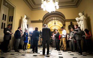 Ο ηγέτης της μειοψηφίας στη Γερουσία, Δημοκρατικός Τσακ Σούμερ, και η συνάδελφός του στη Βουλή των Αντιπροσώπων, Νάνσι Πελόσι, σχολιάζουν το νέο νομοσχέδιο για το σύστημα υγείας στις ΗΠΑ.