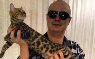 Ο Μπογκατσόφ με την αγαπημένη του γάτα, στο διαμέρισμά του στη Μόσχα.