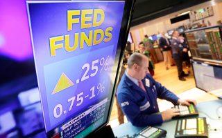 Η αμερικανική Ομοσπονδιακή Τράπεζα (Fed) αύξησε χθες κατά 25 μονάδες βάσης το βασικό επιτόκιο δανεισμού, όπως δείχνει η οθόνη στη Wall Street. Η Fed τόνισε πως θα προχωρήσει σε «σταδιακή» αύξηση των επιτοκίων δανεισμού τα επόμενα χρόνια, διατηρώντας αμετάβλητη την πρόβλεψη για ακόμη δύο αυξήσεις το 2017 και τρεις αυξήσεις το 2018. Η συγκρατημένη στάση που τηρεί η Ομοσπονδιακή Τράπεζα των ΗΠΑ, αρνούμενη να αυξήσει ταχύτερα τα επιτόκια δανεισμού, δικαιολογήθηκε από την πρόεδρό της από την αβεβαιότητα που εξακολουθεί να υπάρχει γύρω από τη δημοσιονομική πολιτική που σκοπεύει να εφαρμόσει ο κ. Τραμπ.