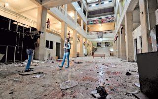 Δημοσιογράφος της συριακής τηλεόρασης μεταδίδει από τον χώρο υποδοχής του δικαστικού μεγάρου της Δαμασκού, λίγες ώρες μετά την επίθεση αυτοκτονίας, που προκάλεσε τον θάνατο τουλάχιστον 31 ανθρώπων. Την ίδια ώρα, άλλη επίθεση αυτοκτονίας πραγματοποιήθηκε σε εστιατόριο συνοικίας της δυτικής Δαμασκού, σκοτώνοντας τουλάχιστον 15 ανθρώπους. Εν τω μεταξύ οι ΗΠΑπροτίθενται να στείλουν επιπλέον 1.000 στρατιώτες στη χώρα.