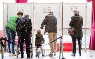 Ηλικιωμένος ψηφίζει με τη βοήθεια εκλογικού αντιπροσώπου, πιτσιρίκος αποκτά την πρώτη του εκλογική εμπειρία χωρίς να κατεβεί από το ποδήλατο, σε ένα στιγμιότυπο από τη χθεσινή προσέλευση-ρεκόρ (81%) στις κάλπες των βουλευτικών εκλογών της Ολλανδίας. Η πολωτική ρητορική του Χερτ Βίλντερς έσπρωξε στις κάλπες μεγάλο αριθμό ψηφοφόρων που θέλησαν να τον σταματήσουν.