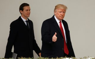 Συνοδευόμενος από τον γαμπρό του, Τζάρεντ Κούνσερ, ο πρόεδρος Τραμπ αποχωρεί από τον Λευκό Οίκο με μια χειρονομία αυτοπεποίθησης μπροστά στον φωτογραφικό φακό.