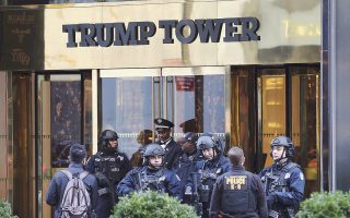 Επιμένει ο Ντ. Τραμπ στον ισχυρισμό του ότι ο προκάτοχός του παρακολουθούσε τον ουρανοξύστη του στη Νέα Υόρκη.