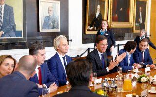 Ο νικητής των προχθεσινών εκλογών Ολλανδός πρωθυπουργός Μαρκ Ρούτε και ο ηττημένος ακροδεξιός αντίπαλός του Χερτ Βίλντερς συμμετέχουν στη μετεκλογική συνάντηση στο κοινοβούλιο της χώρας στη Χάγη. Με βαθιά ανακούφιση υποδέχθηκαν τα αποτελέσματα της κρίσιμης αναμέτρησης οι Βρυξέλλες και οι μεγάλες ευρωπαϊκές πρωτεύουσες, θεωρώντας ότι η ήττα του λαϊκισμού στην Ολλανδία θα αποτελέσει πρόκριμα για τις εκλογές σε Γαλλία και Γερμανία, που ακολουθούν.