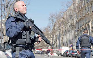Περιπολικό της γαλλικής αστυνομίας και ένας στρατιώτης έξω από τα γραφεία του ΔΝΤ στο Παρίσι, όπου έσκασε χθες το μεσημέρι δέμα-βόμβα, τραυματίζοντας τη βοηθό του επικεφαλής του ευρωπαϊκού γραφείου του Οργανισμού. Πανομοιότυπο δέμα-βόμβα είχε σταλεί προχθές στον κ. Σόιμπλε στο Βερολίνο.