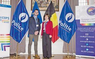 Ο υπαστυνόμος Α΄ Μιχάλης Λώλης, στις Βρυξέλλες, προ δύο εβδομάδων, με την αρχηγό της ομοσπονδιακής βελγικής αστυνομίας, Κατρίν ντε Μπόλε, στο πλαίσιο της συνάντησης της Ευρωπαϊκής Ενωσης ΛΟΑΔ Αστυνομικών. Ο κ. Λώλης κάνει τις απαραίτητες κινήσεις για τη σύσταση ενός μη κερδοσκοπικού σωματείου, υπό τον τίτλο «Δράση Αστυνομικών για τα Δικαιώματα του Ανθρώπου», το οποίο έχει κινητοποιήσει αρκετούς συναδέλφους του –αξιωματικούς και μη– και το οποίο ελπίζει «να αγκαλιαστεί από την ΕΛ.ΑΣ.».