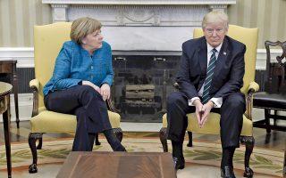 Αμηχανία προδίδει η γλώσσα του σώματος της καγκελαρίου Αγκελα Μέρκελ και του Αμερικανού προέδρου Ντόναλντ Τραμπ κατά τη χθεσινή πρώτη συνάντησή τους στον Λευκό Οίκο. Ο Αμερικανός πρόεδρος φέρεται ότι πίεσε «ασφυκτικά» την καγκελάριο να εκπληρώσει τις οικονομικές υποχρεώσεις της χώρας της προς το ΝΑΤΟ, ενώ δήλωσε ότι η μετανάστευση είναι προνόμιο, όχι δικαίωμα. Στη διάρκεια της συνέντευξης Τύπου, ο Τραμπ, αναφερόμενος στον ισχυρισμό του περί παρακολουθήσεων από τον Ομπάμα, στράφηκε στη Μέρκελ και της είπε «έχουμε κάτι κοινό».