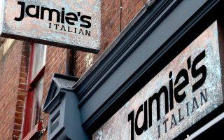 Η αλυσίδα εστιατορίων του Τζέιμι Ολιβερ αποφάσισε να κλείσει έξι από τα 42 καταστήματά της που σερβίρουν ιταλική κουζίνα στη Βρετανία. Ο λόγος είναι η διολίσθηση της στερλίνας, η οποία έχει καταστήσει εξαιρετικά δαπανηρές τις εισαγωγές μεσογειακών προϊόντων.