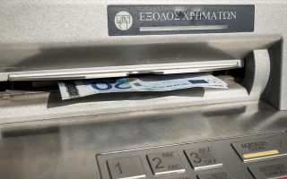 Οι αναλήψεις από τα ATM έχουν αυξηθεί σημαντικά, οι επιστροφές χρημάτων έχουν «παγώσει», ενώ οι επιχειρήσεις «ξεφορτώνονται» μετρητά και προχωρούν στην αποπληρωμή πιστωτικών γραμμών.
