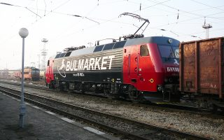 Οι Κινέζοι είναι διατεθειμένοι να αναλάβουν την αναχρηματοδότηση της υπερχρεωμένης βουλγαρικής κρατικής εταιρείας σιδηροδρόμων με 130 εκατ. ευρώ και να εκσυγχρονίσουν το τροχαίο υλικό της BZD με βαγόνια και μηχανάμαξες αξίας 170 εκατ., που θα συναρμολογούνται σε νέα μονάδα παραγωγής στη Βουλγαρία.