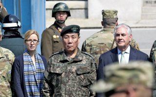 Ο Αμερικανός ΥΠΕΞ Ρεξ Τίλερσον (δεξιά) στη μεθόριο των δύο κορεατικών κρατών, με την προσωπάρχη του, Μάργκαρετ Πέτερλιν, και έναν Νοτιοκορεάτη στρατηγό στο πλευρό του. Πίσω του, δύο στρατιώτες της Βόρειας Κορέας.