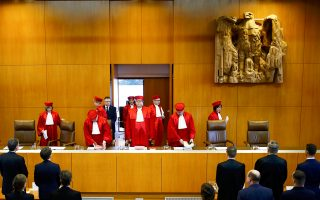 Ο πρόεδρος του Συνταγματικού Δικαστηρίου κατά την άφιξή του για την ανάγνωση της απόφασης περί απαγόρευσης του νεοναζιστικού κόμματος στην Καλσρούη, στις 17 Ιανουαρίου. Είναι ίσως η μεγαλύτερη σε έκταση απόφαση του εν λόγω δικαστηρίου...