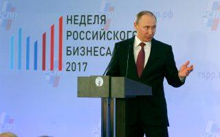 Οι συνωμοσιολόγοι θεωρούν ότι ο Βλαντιμίρ Πούτιν έχει τον Τραμπ στο χέρι του, λόγω της ρωσικής ανάμειξης στις εκλογές στις ΗΠΑ.