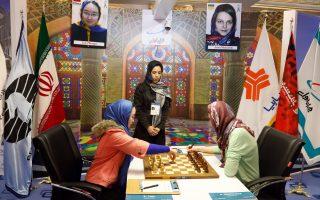 Κρύβοντας τα μυαλά με μαντίλες. Παγκόσμιο το πρωτάθλημα σκακιού γυναικών που γίνεται στην Τεχεράνη. Στο  πρώτο παιχνίδι του τελικού συμμετείχαν η Κινέζα Tan Zhongyi και η Ουκρανή Anna Muzychuk. EPA/ABEDIN TAHERKENAREH